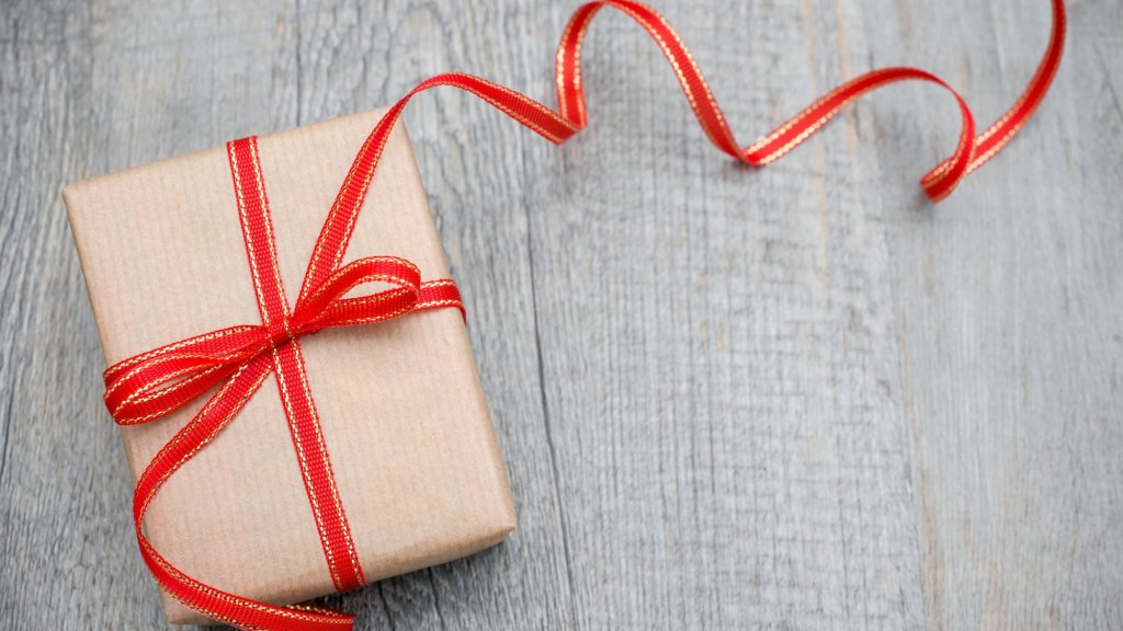 How to Pick the Best Holiday Presents for Your Employees and Clients