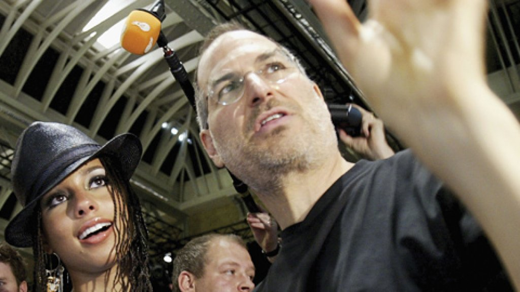 Steve Jobs demonstrates iTunes to R&B singer Alicia Keys at the iTunes Music Store launch in London, June 2004.