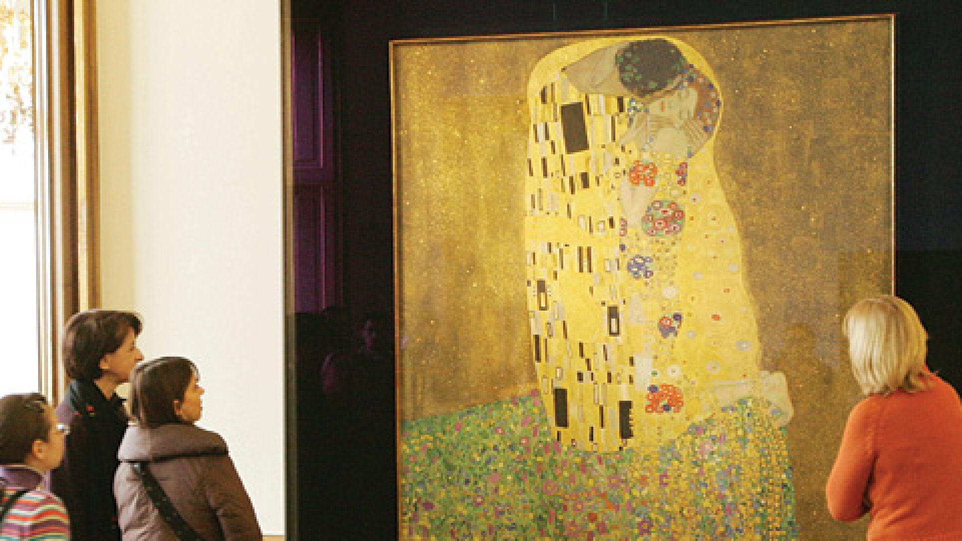 Visitors stand in front of Gustav Klimt´s painting 'Der Kuss' (<em>The Kiss</em>) at the Belvedere Museum in Vienna.