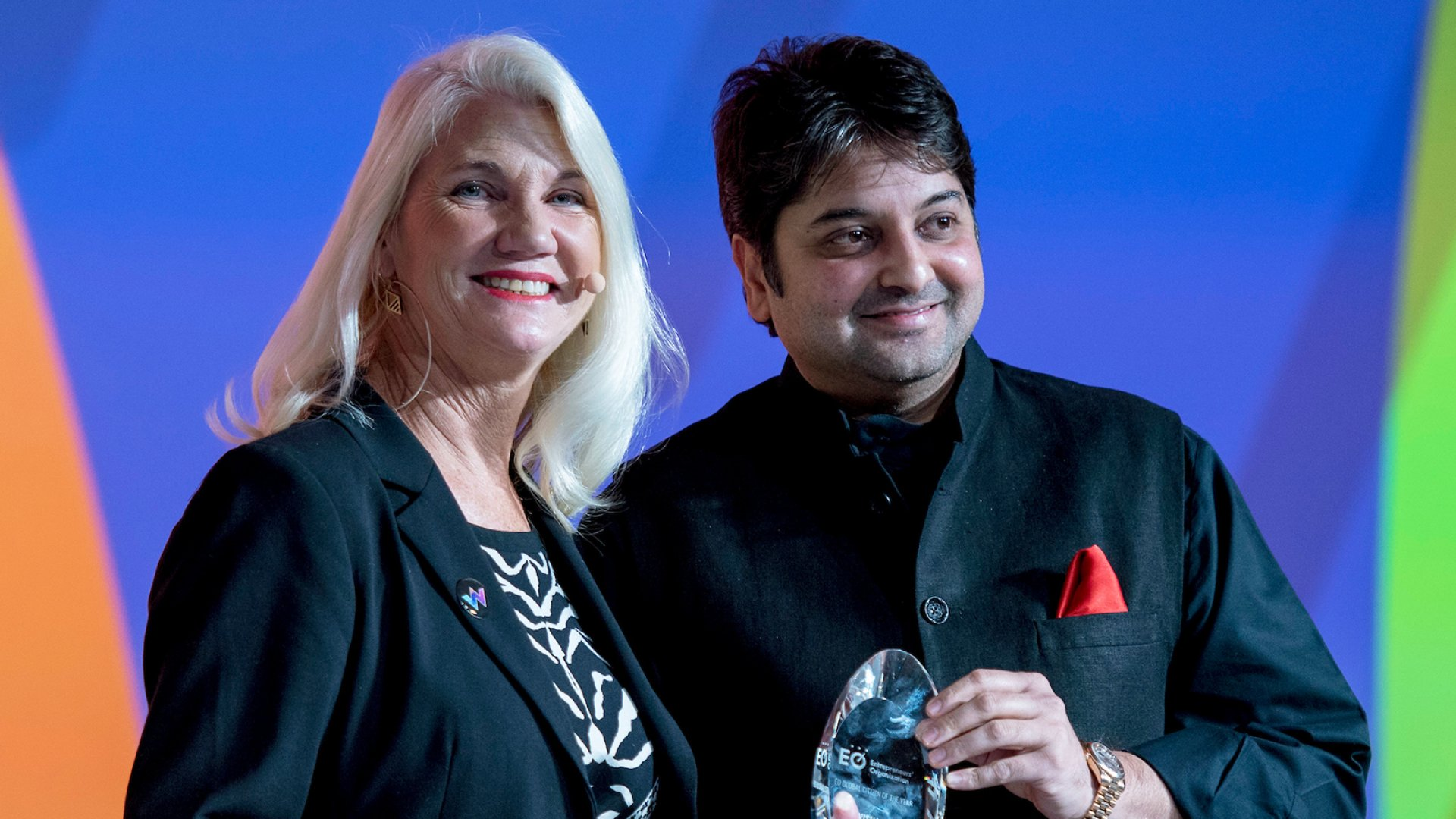 Kimberly Hickok-Smith presents Vishal Chordia with the 2018 EO Global Citizen of the Year award.