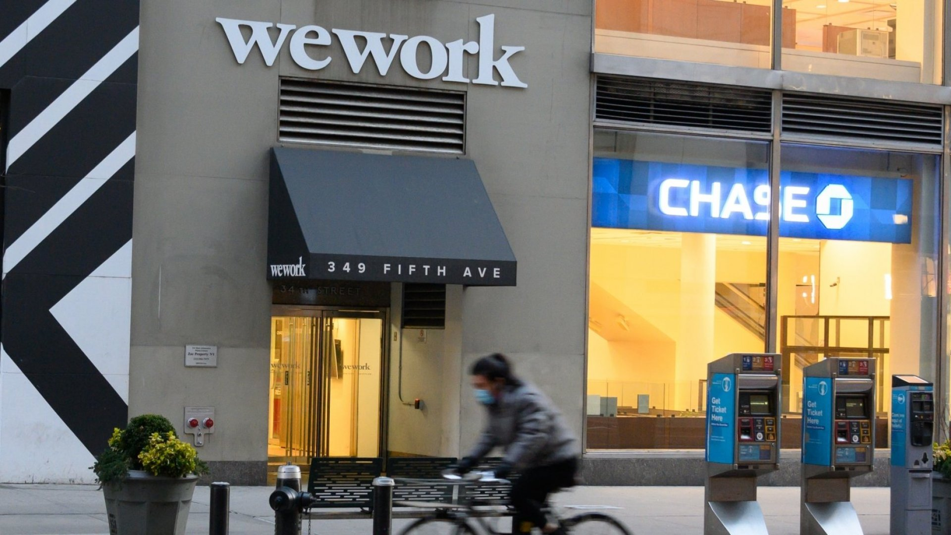 WeWork Offers Employees $100 a Day Bonus to Work In Its Locations. But Should They?