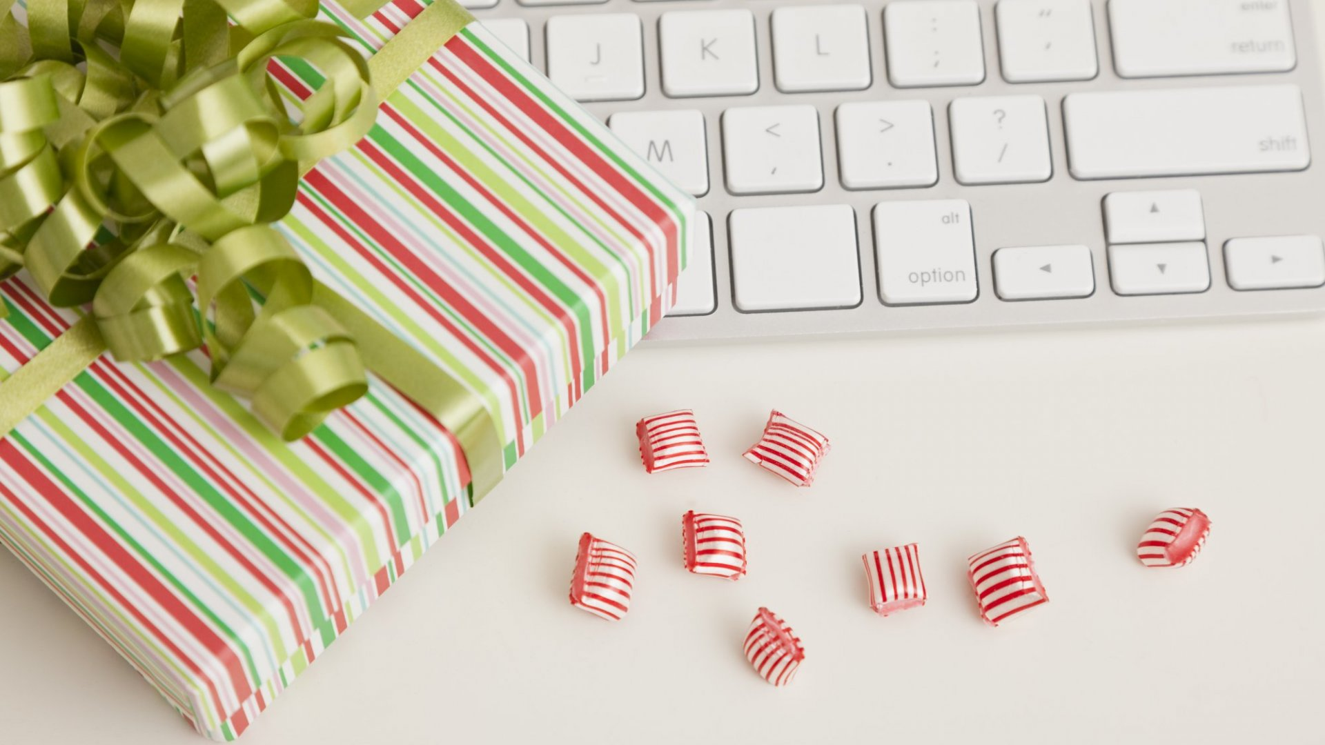 Want to Spread Joy At Work This Month? Try These 31 Random Acts of Christmas Kindness