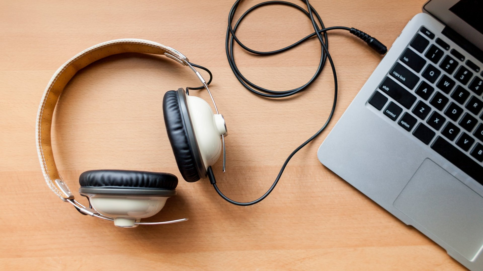 This Is What People Think of You When You Wear Headphones at Work (According to an 800-Person Study)