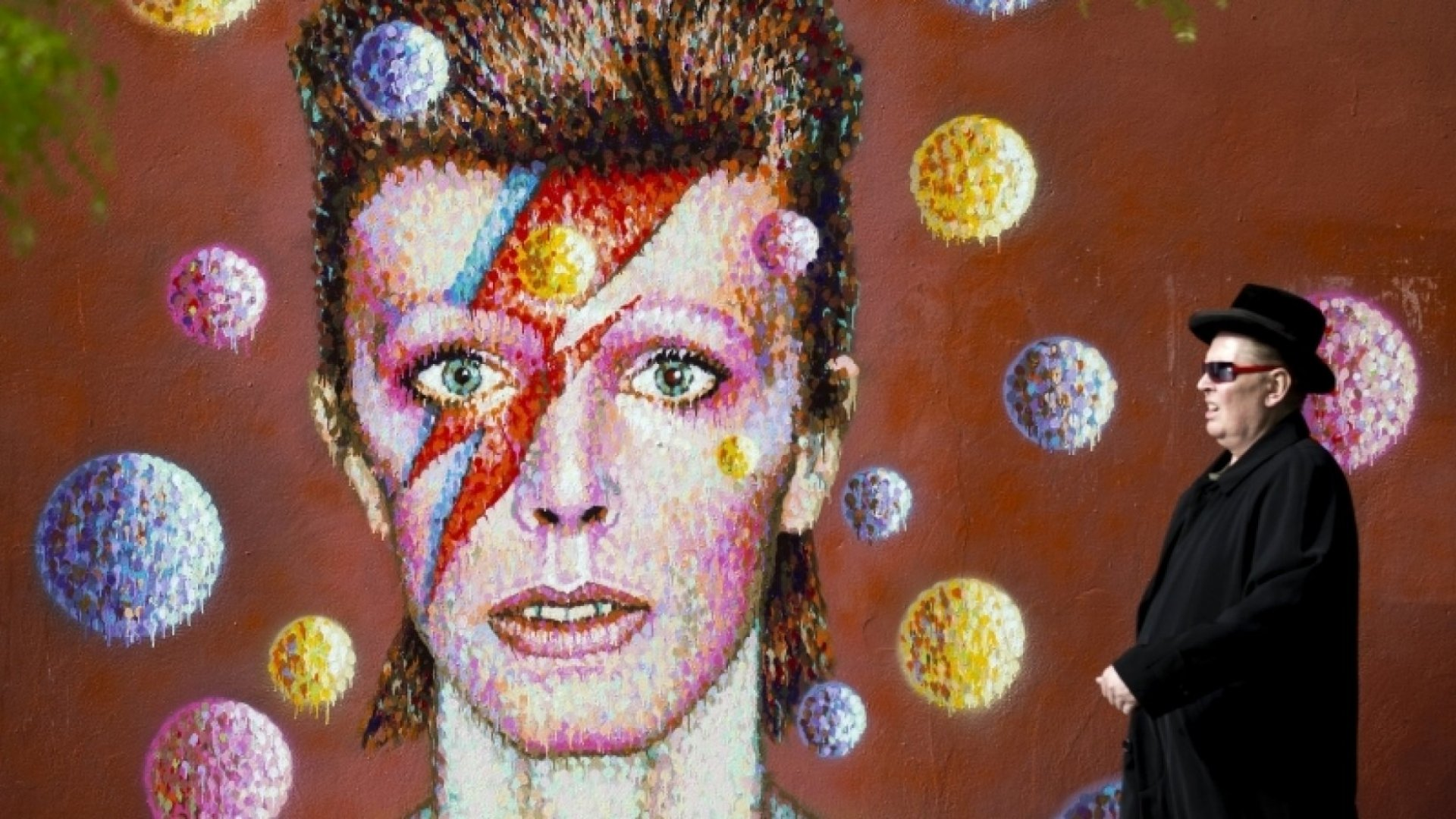 Celebrate the Life of David Bowie by Checking Out His 100 Favorite Books