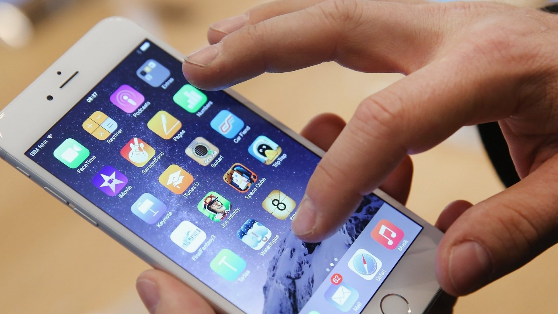 Apple Beats Revenue Expectations, Slow iPhone Sales Continue