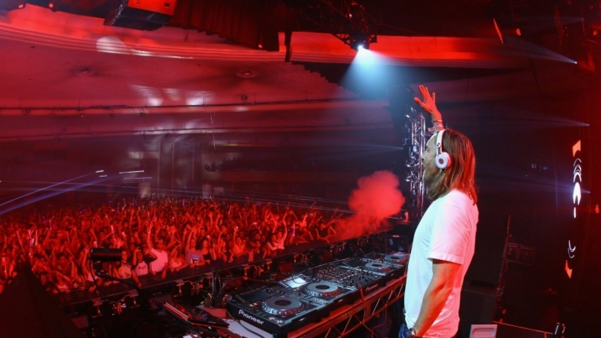 How to Create Energy and Captivate Your Audience Like a DJ
