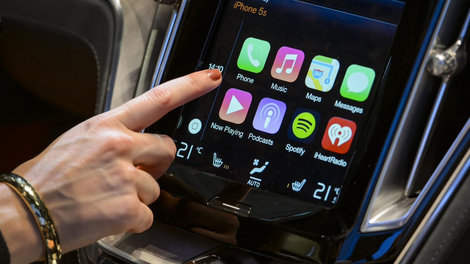 Apple and Google Bring Smartphone Functions to Car Dashboards
