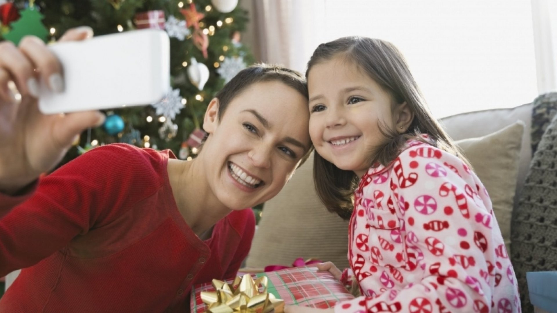 How to Connect With Family When You Can't Go Home for the Holidays