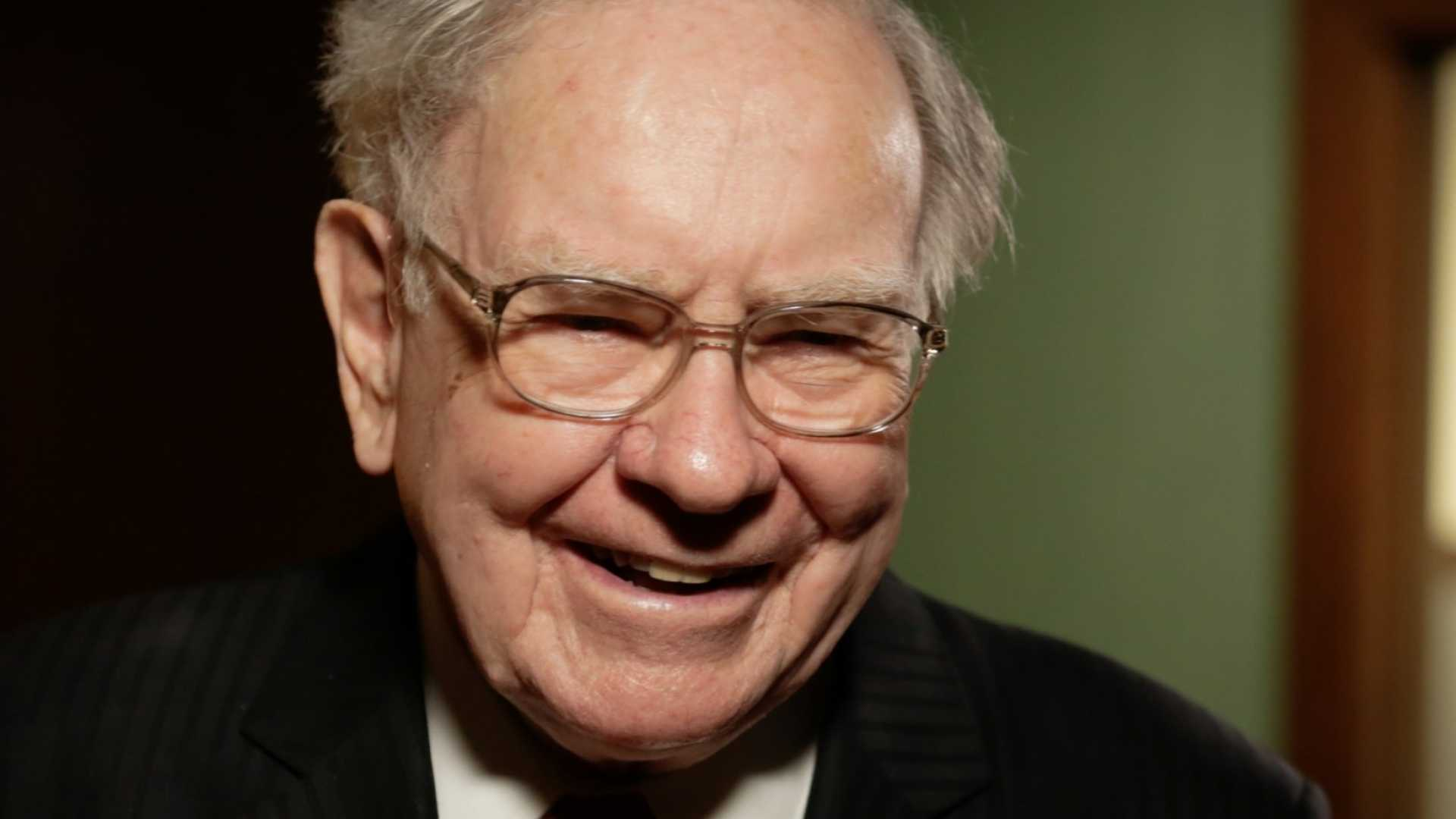 These 2 Warren Buffett HabitsWill Make Your Co-Workers Love You