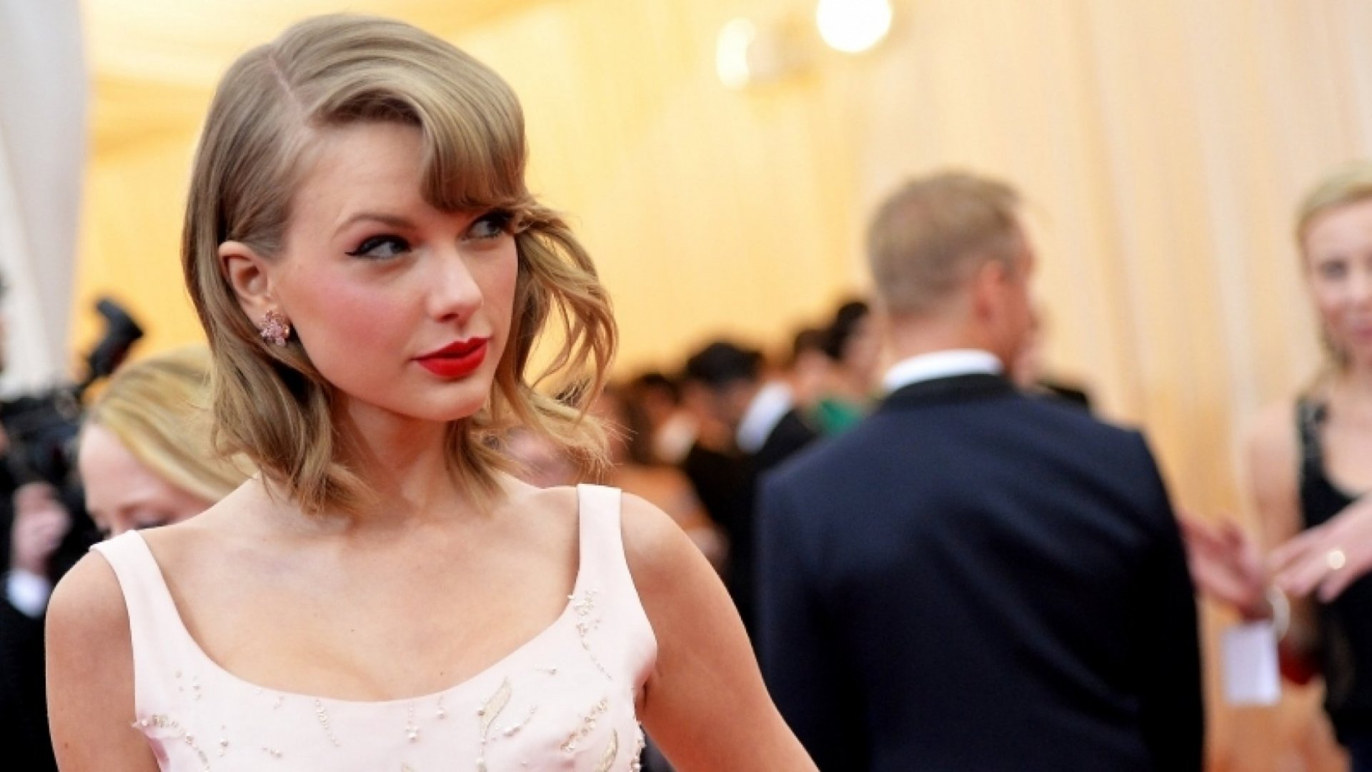 How to Manage Your Career Like Taylor Swift