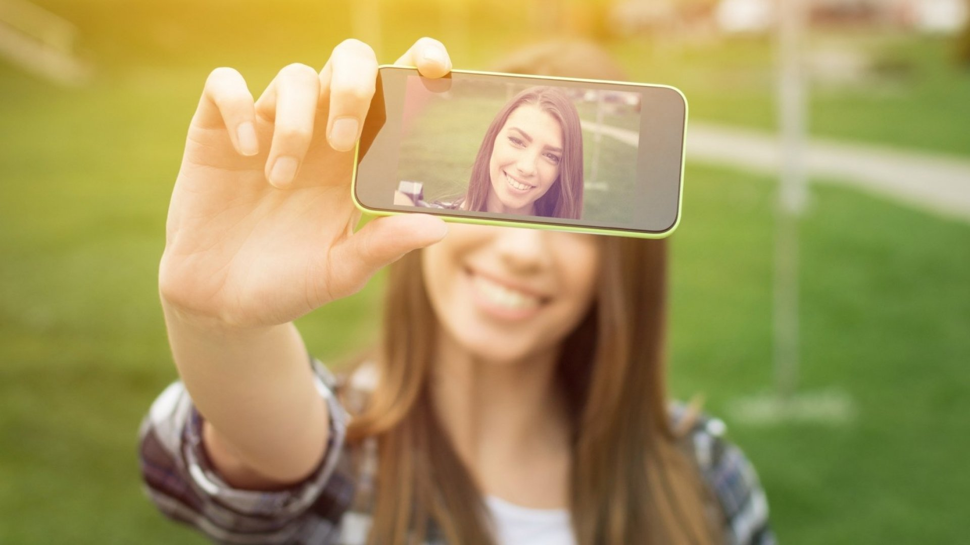Your Selfie Can Give Away Your Gender, Age, Location, and Other Personal Data, Says This Hacking Expert