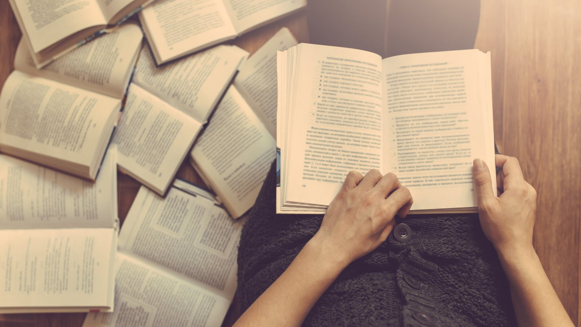 This Is Why You Should Read More Books, According to 2 Deep Thinkers on the Subject