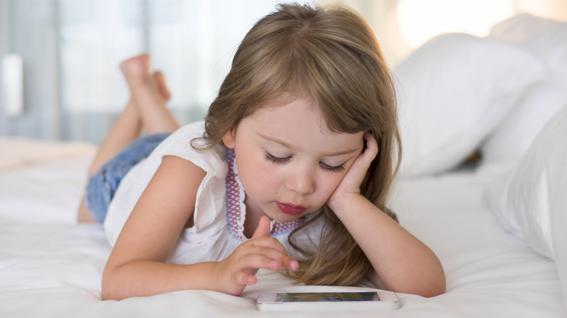 How to Know When Your Kids Should Start Using a Smartphone or Tablet
