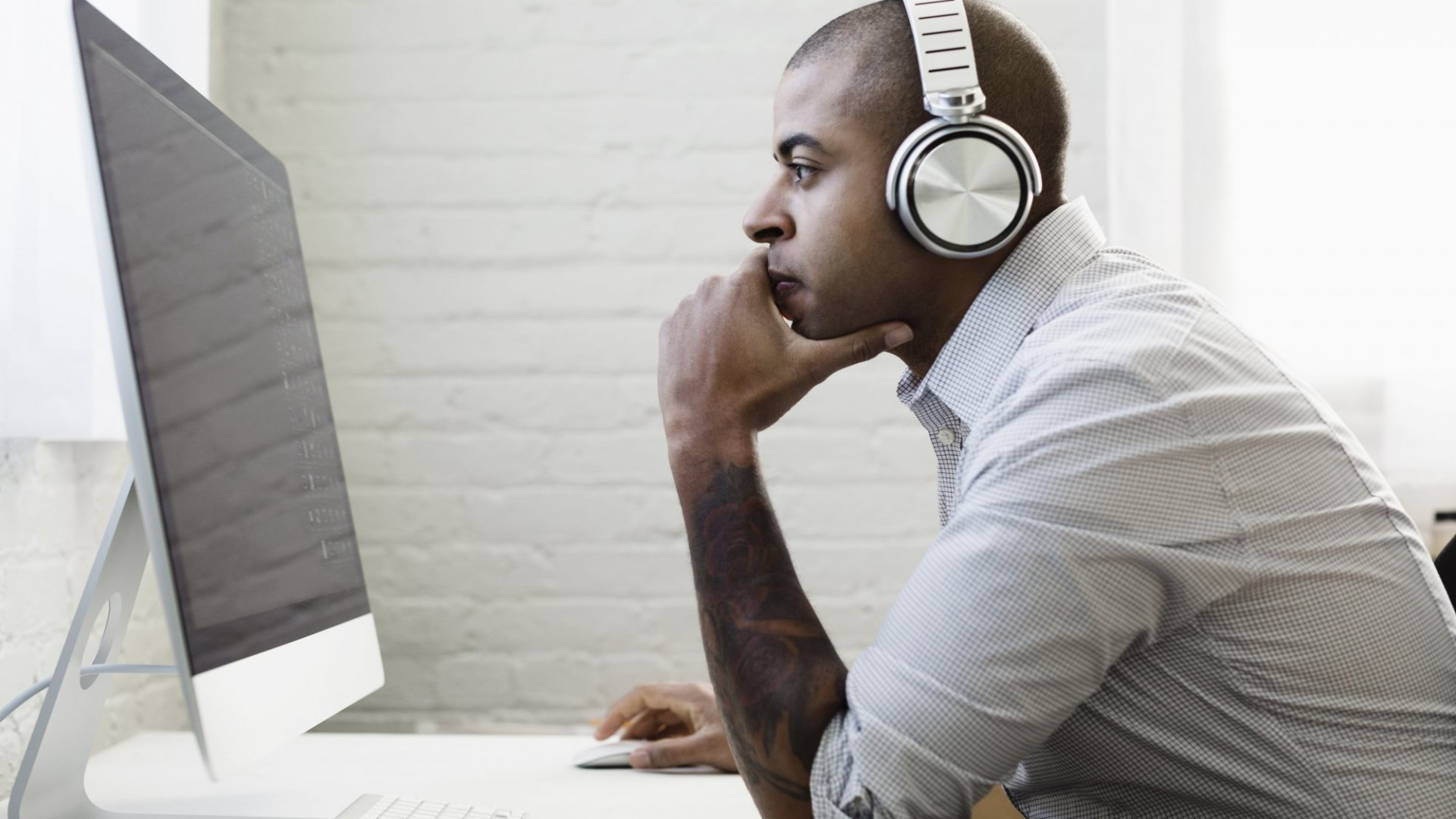 Science Says This Kind of Earphone Is Best for Rocking Out at Work