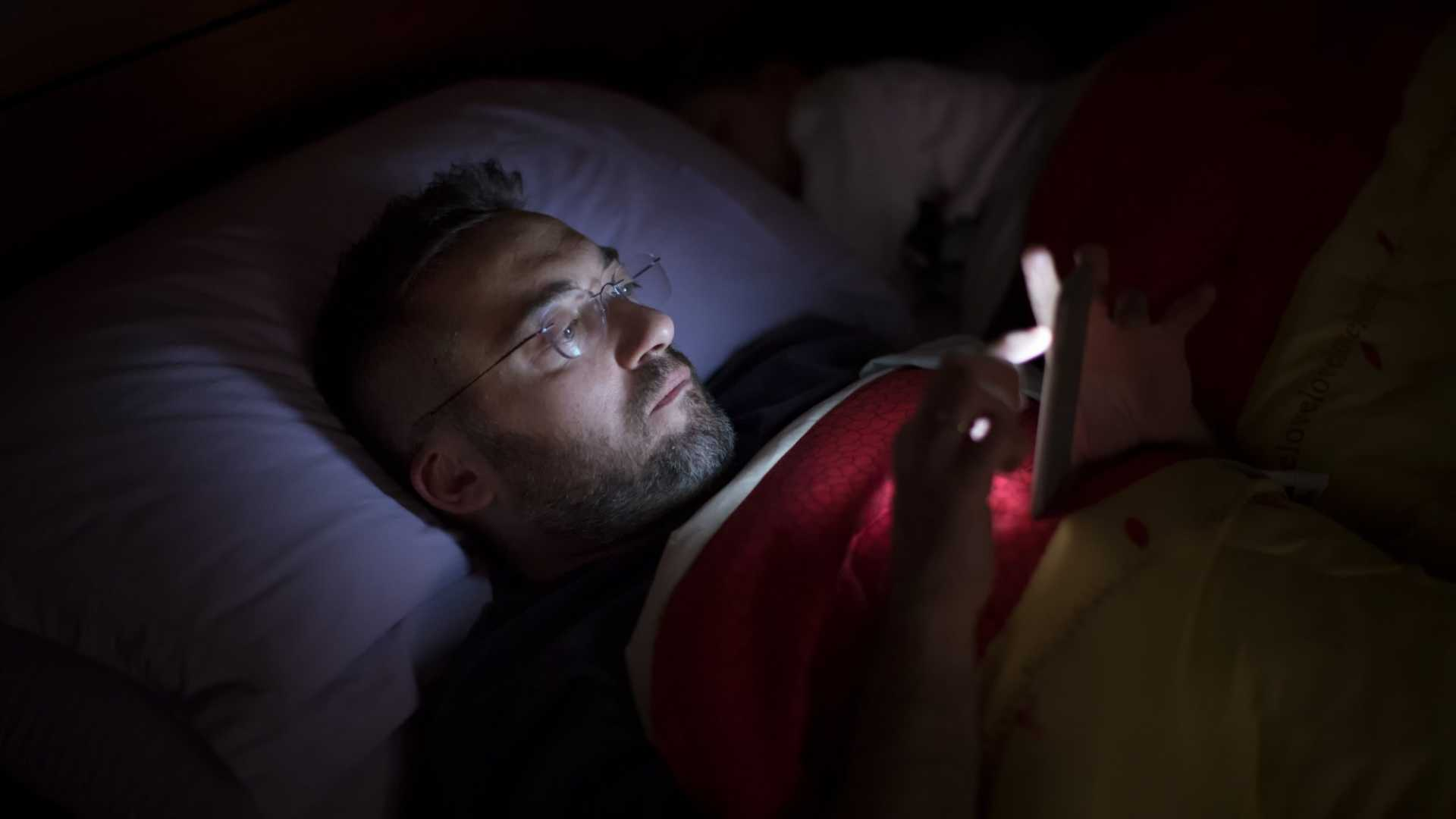 If You Use Your Phone Less Than This Before You Go to Bed, Scientists Say You're Less Likely to Gain Weight (and Even Develop Type 2 Diabetes)