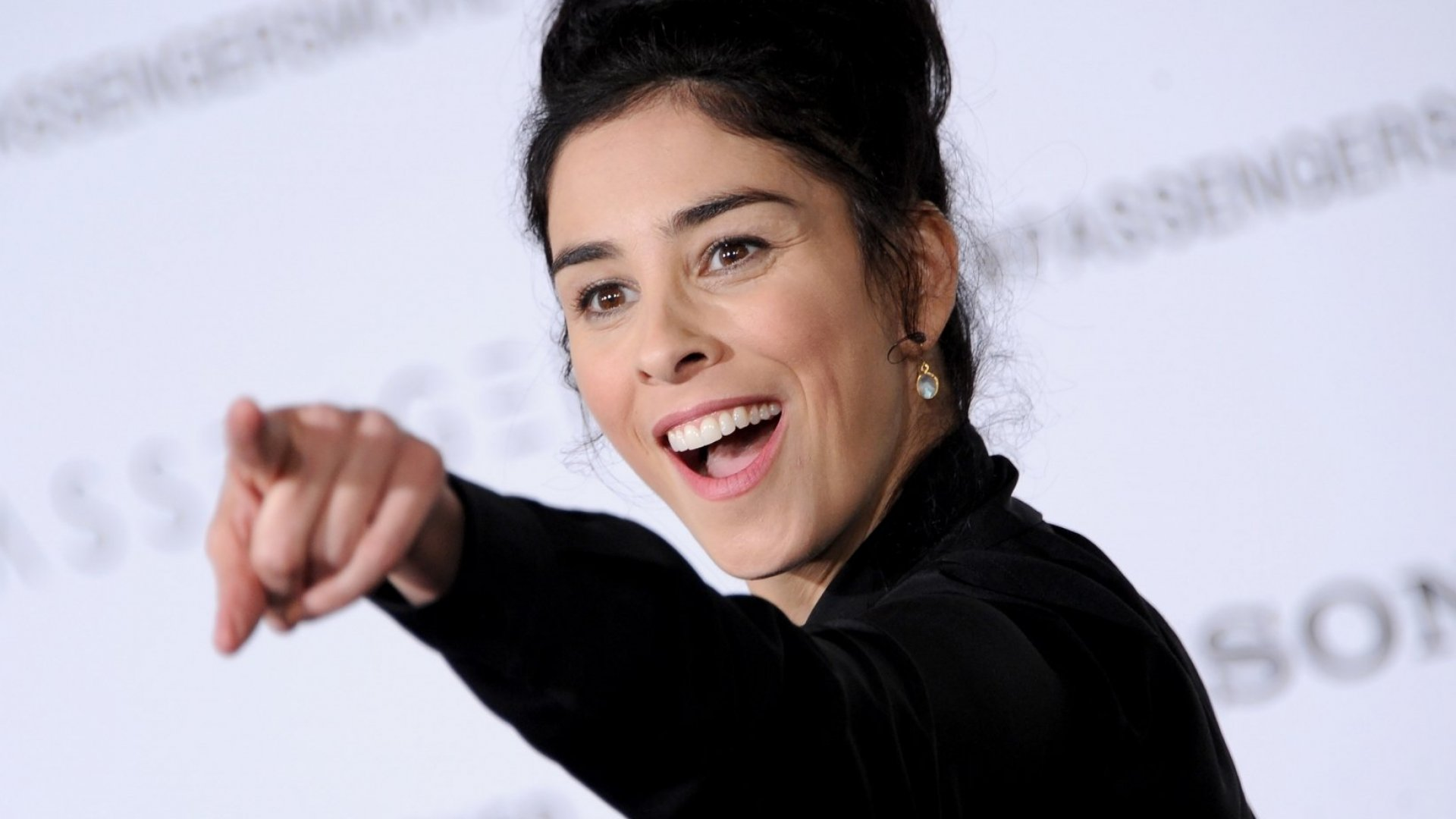 People Can't Stop Talking About How Sarah Silverman Handled a Twitter Troll. (It's a Master Class in Emotional Intelligence)
