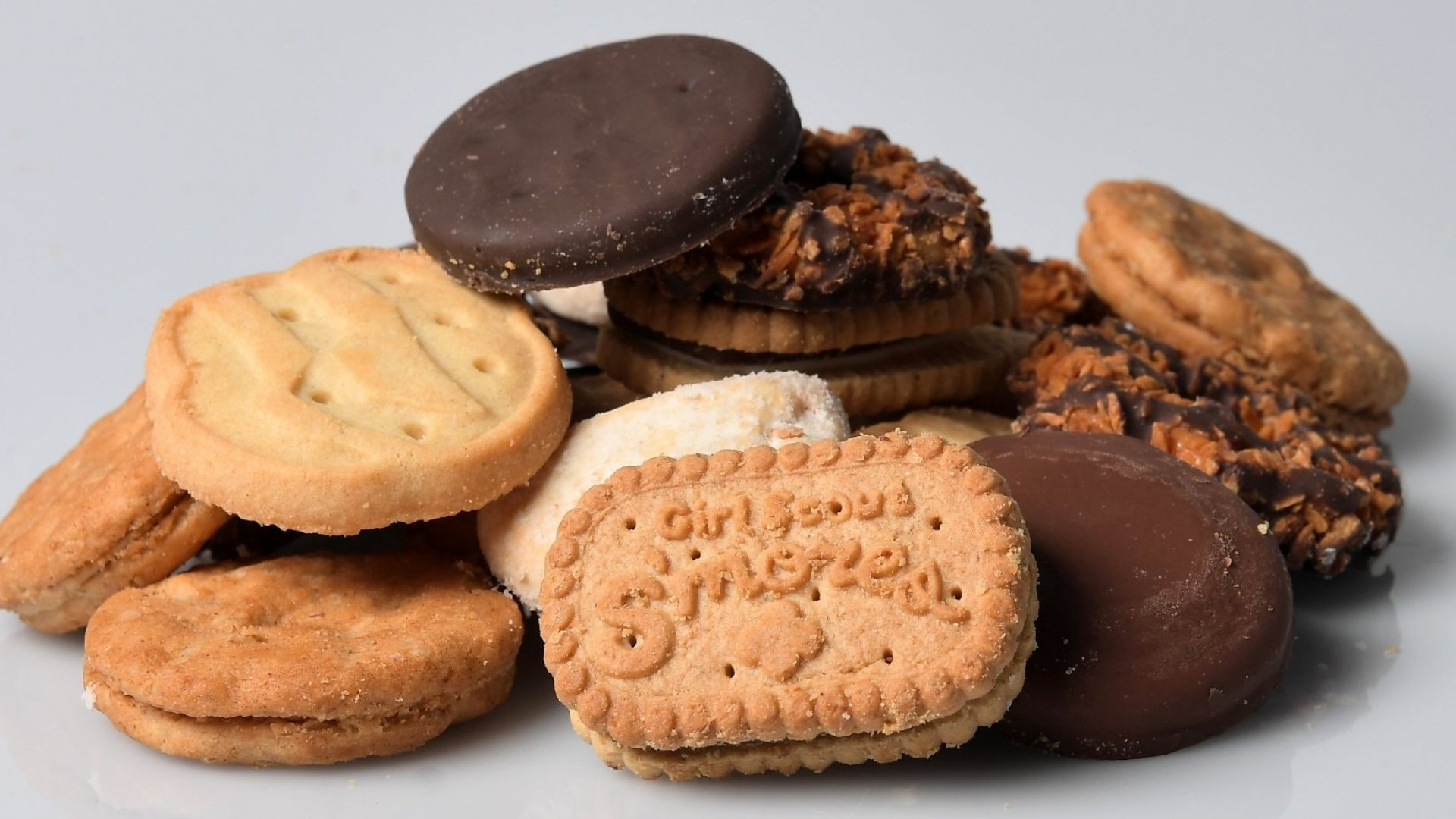 Really Smart Girl Scouts SellCookies Outside Marijuana Stores, Internet Reacts