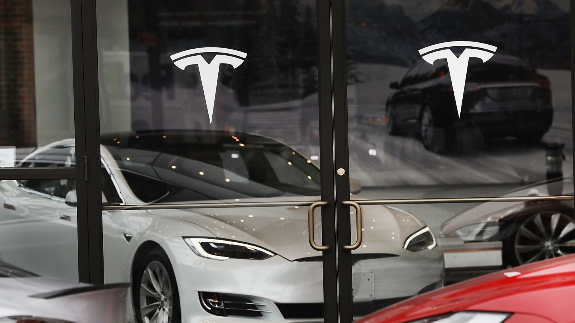 Tesla Plans to Open More Retail Locations Ahead of Model 3 Launch