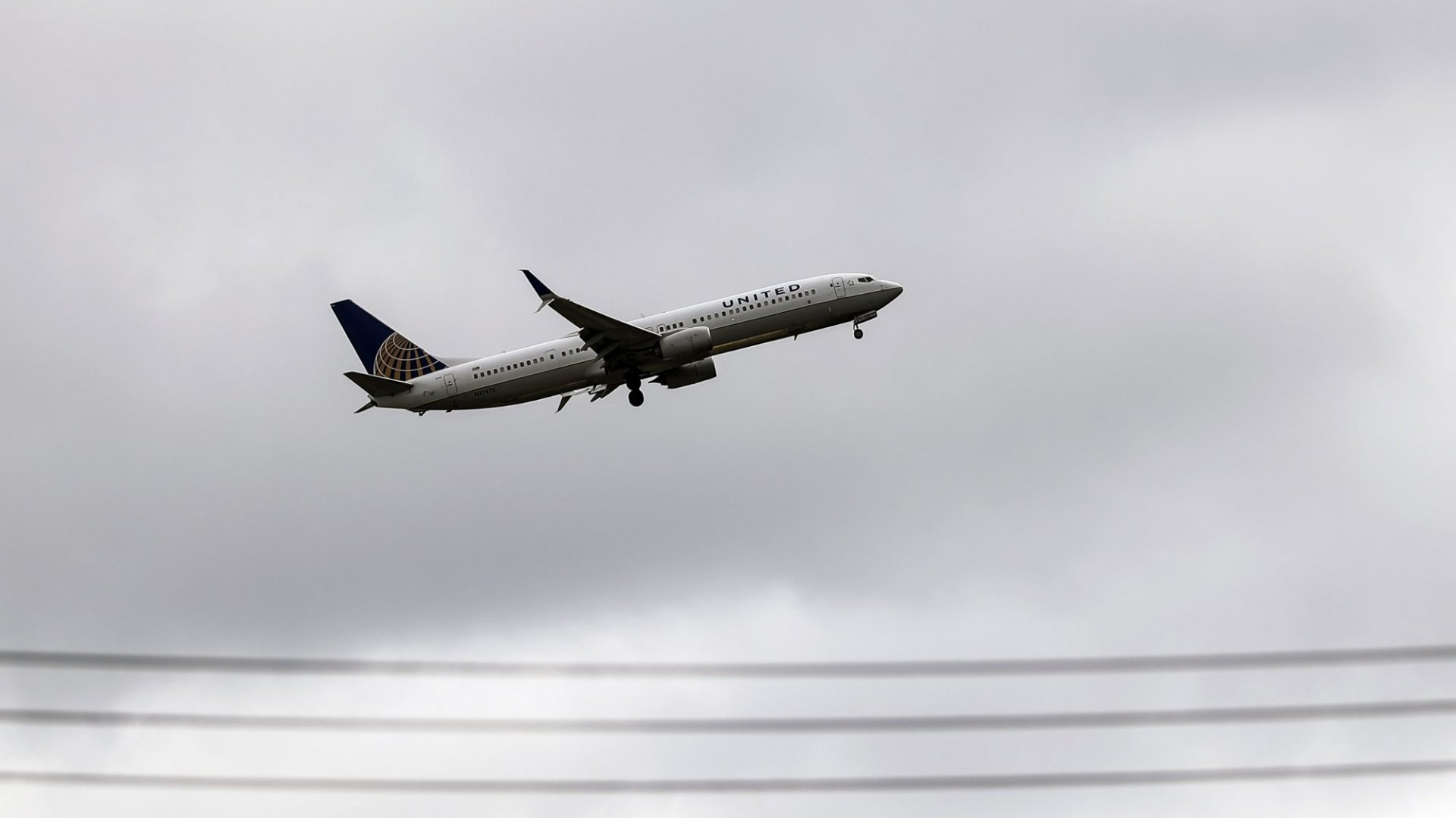 United Flight Nearly Takes Off With Fuel Leak Until Passengers Convince Crew There's a Problem