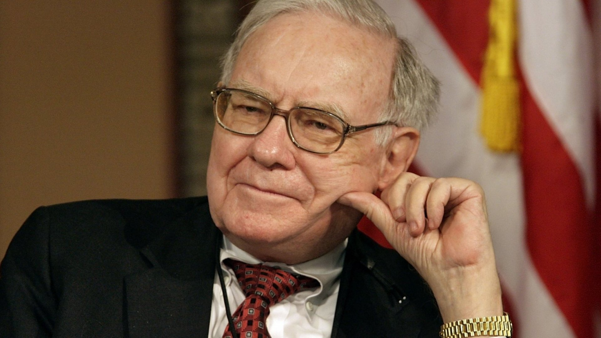 Warren Buffett Just Revealed a Surprising Move That Helped Apple Stock Close at a Record High