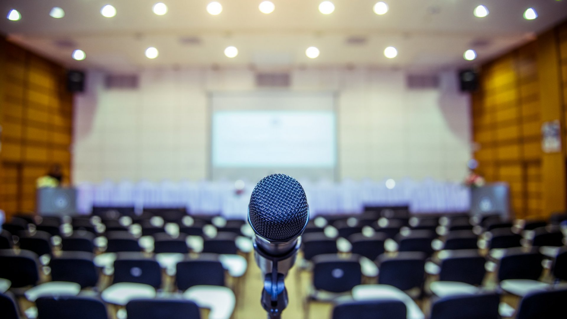 You Don't Have to Memorize Every Speech. Here's When You Should Use a Teleprompter