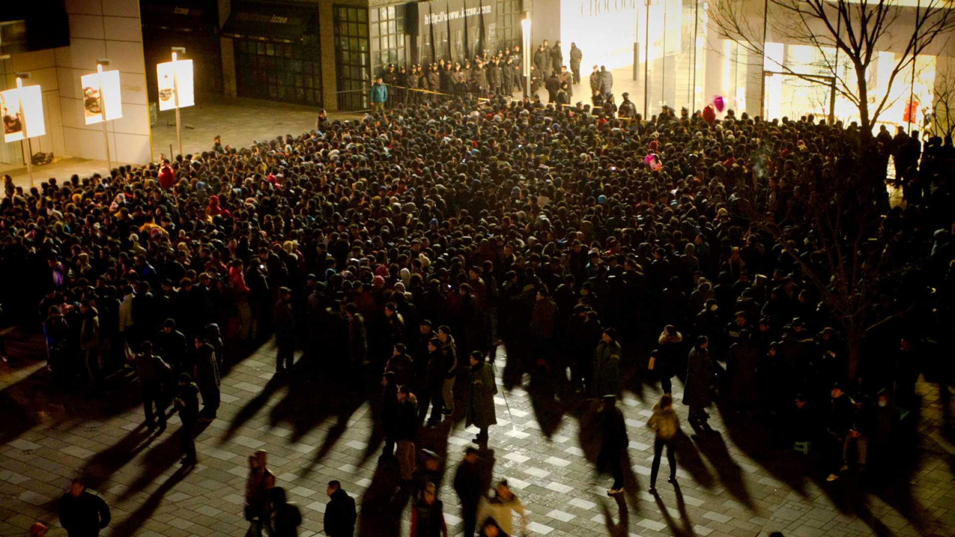 Thousands of Chinese customers queue up outside an Apple store in Beijing's upmarket Sanlitun shopping district, in Beijing early morning on January 13, 2012.