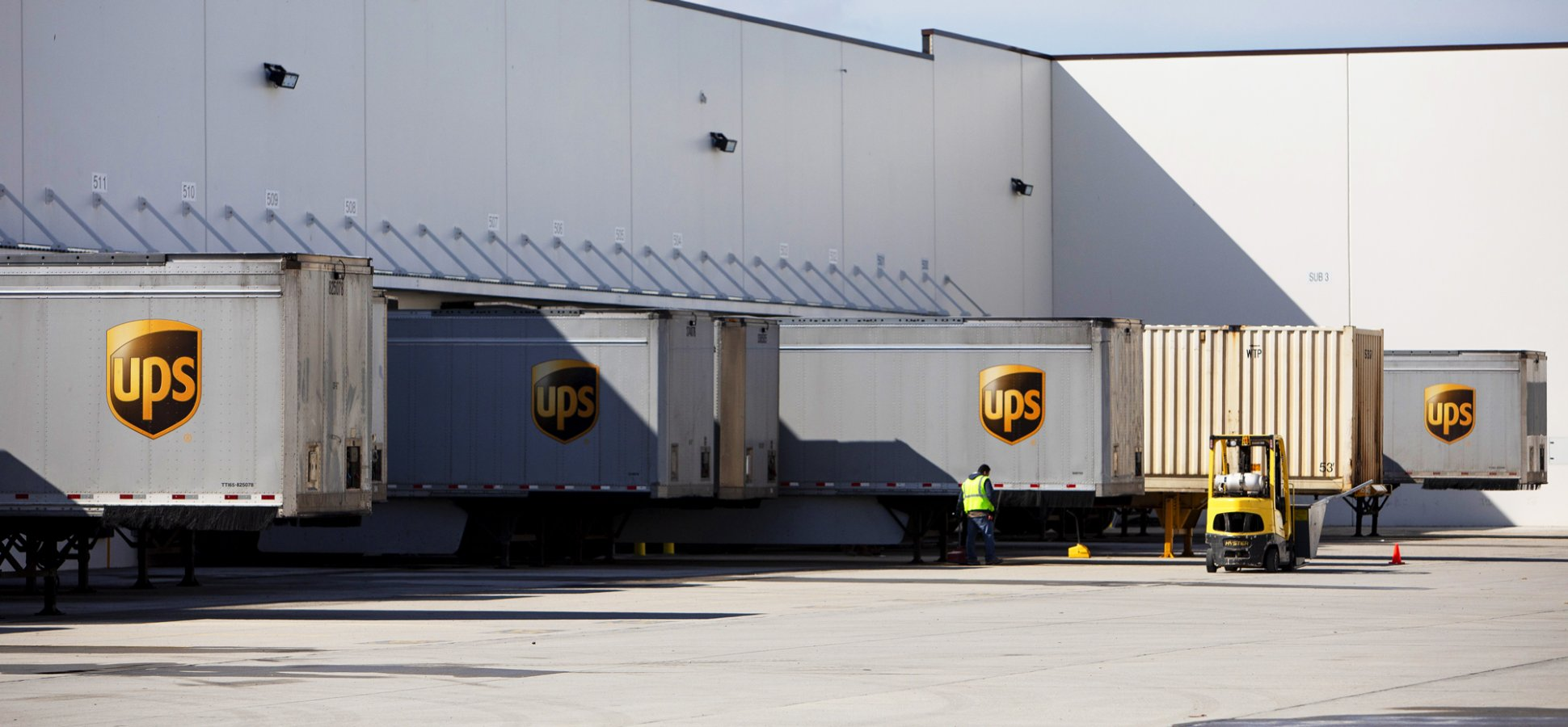 FedEx Completely Cut Ties With Amazon. Here's Why UPS Won't (or Can't)