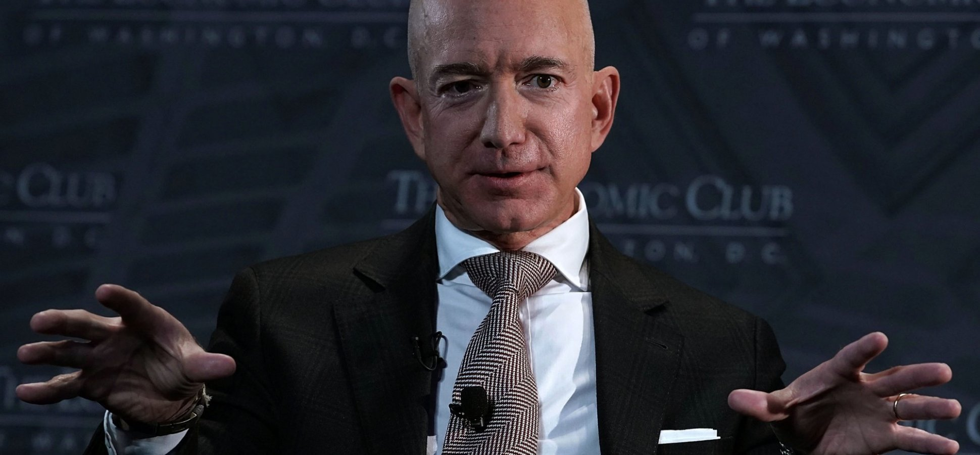 Jeff Bezos, Mark Cuban, and Tony Robbins Don't PowerPoint. They Do This Instead