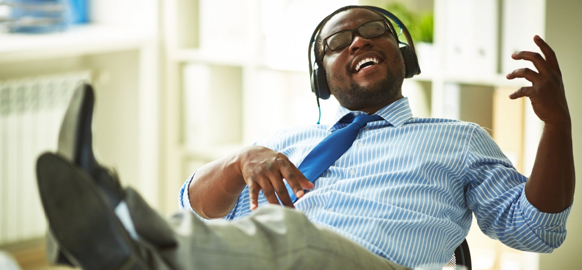 Unless You Do This, Neuroscience Says Listening to Music at Work Will Make You Less Productive