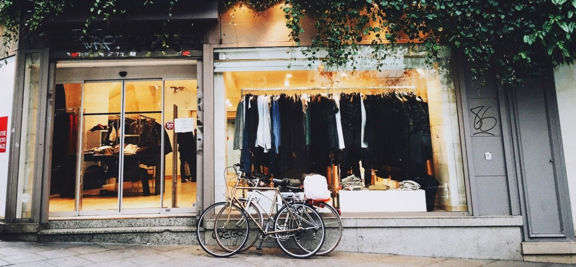 22a4ced557f Online Brands Are Embracing  Clicks-to-Bricks  by Opening Physical Stores  in Shopping Malls