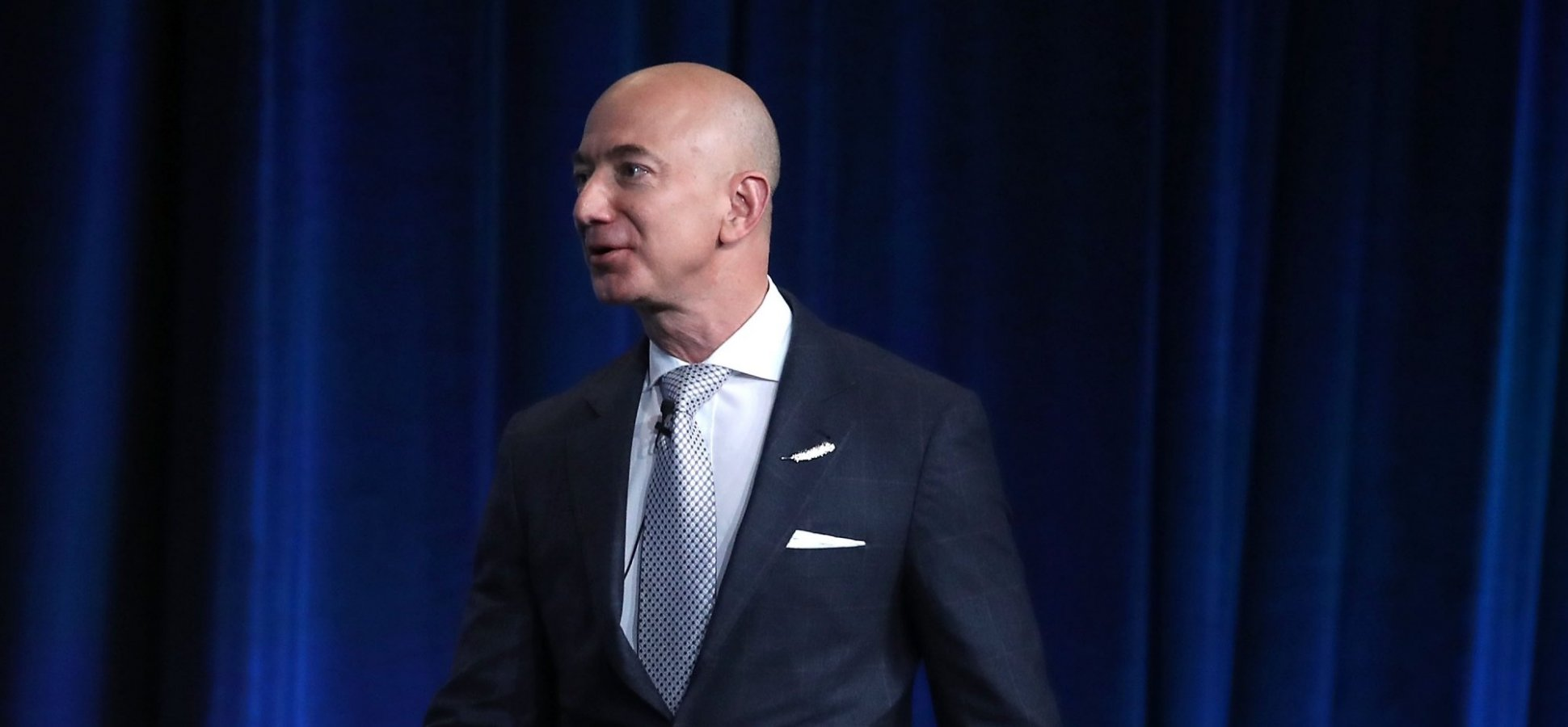 Jeff Bezos Banned PowerPoint Presentations in Meetings. What He Replaced Them With Is Nothing Short of Brilliant