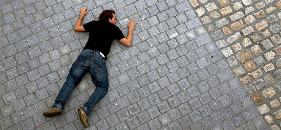 Челябинск: с крыши упал и разбился насмерть 27-летний мужчин.